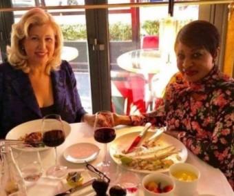 Dominique Ouattara et Henriette Bédié aperçues dans un restaurant à Paris