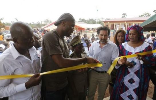 Didier Drogba offre une école à un petit village ivoirien