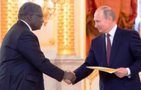 Vladimir Poutine et l'ambassadeur ivoirien Roger Gnango