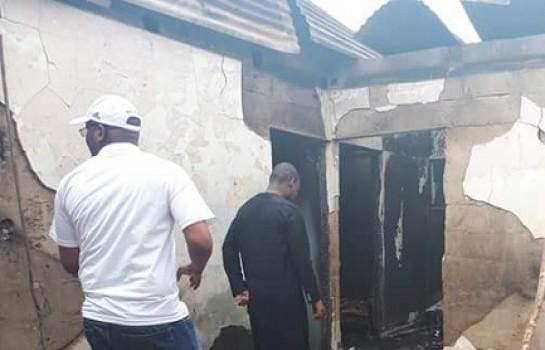 Famoussa Coulibaly constate les dégâts de l'incendie