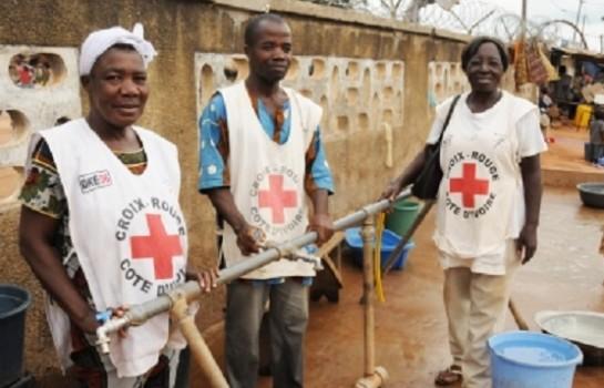 Des employés de la Croix-rouge