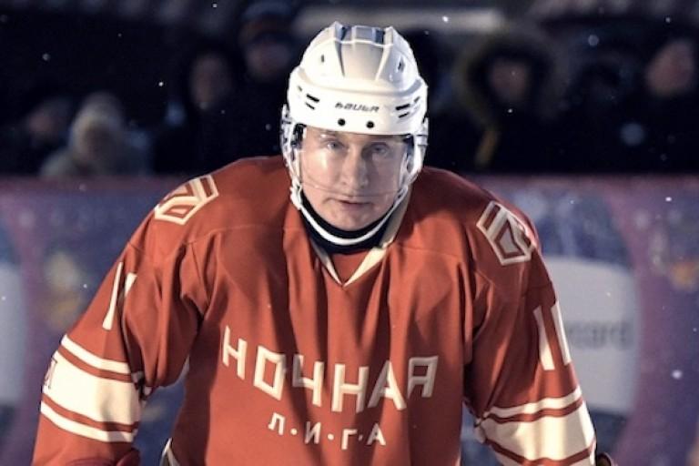 Vladimir Poutine jouant au Hockey sur glace