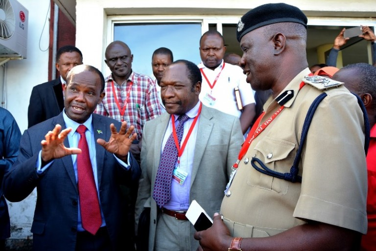 Aéroport international Julius Nyerere , visite du ministre Makame Mbarawa