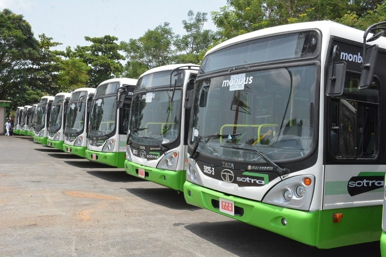 Des bus de la Sotra stationnés au parking