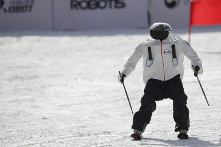 Robots skieurs sur une piste de ski en Corée du sud