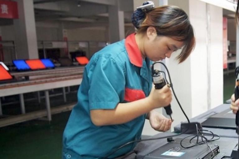 La Chine en pleine révolution. Une femme chinoise montant un appareil