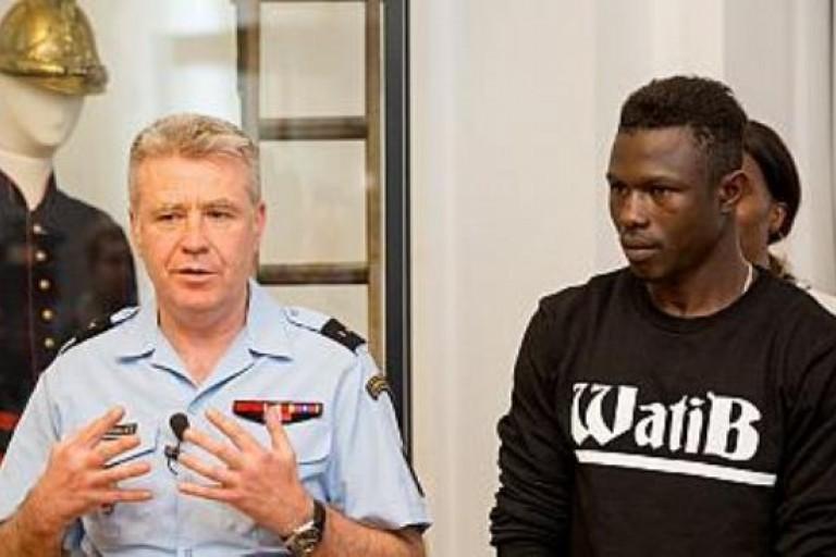 Mamoudou Gassama et le Gal Gallet dans la caserne des Sapeurs-pompiers français