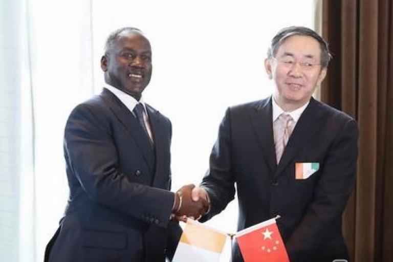 Signature d'un contrat entre Adama Bictogo et  Li Yanming