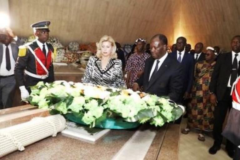 Alassane Ouattara sur la tombe d'Houphoët-Boigny