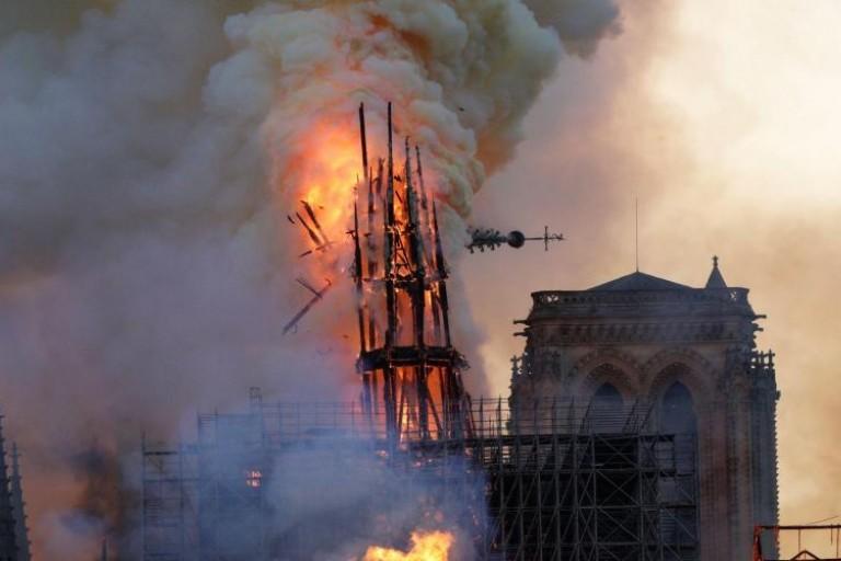 La cathédrale Notre-Dame frappée par un incendie.