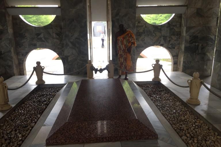 Amoa Urbain sur la tombe de Kwame Nkrumah
