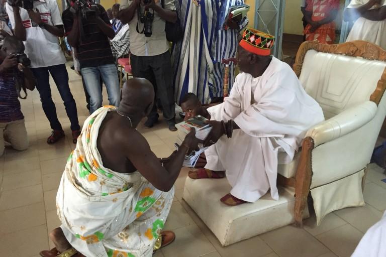 Amoa Urbain remettant un présent à Sa Majesté le Mogho Naaba Bâongo