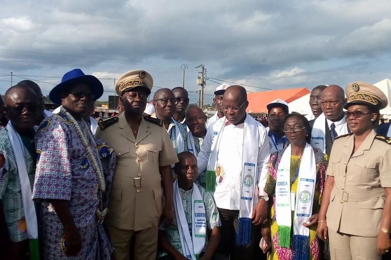 Dimba Pierre, en Chemise blanche, est le président du Conseil régional de l'Agneby-Tiassa