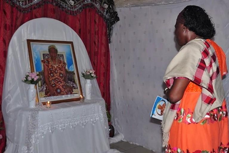 Simone Gbagbo s'inclinant devant la stèle de la défunte mère de Dogbo Blé