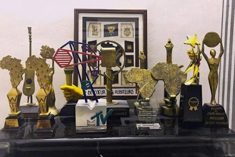 Une vue des trophées d'Arafat DJ