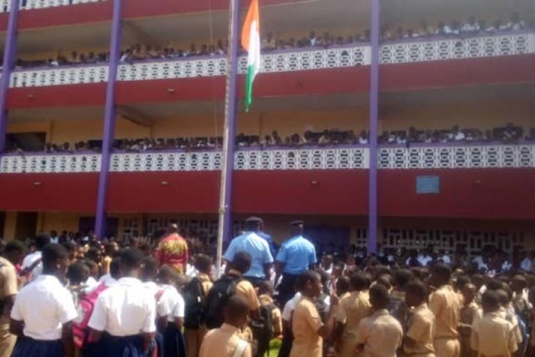 Des policiers en pleine  concertation avec des élèves contre les congés anticipés