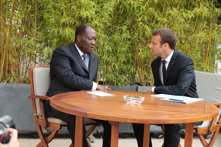 Emmanuel Macron et Alassane Ouattara en pleine discussion