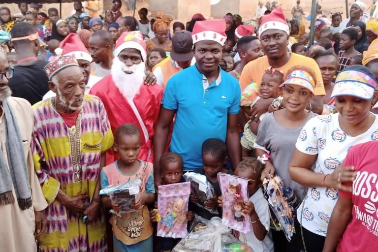 Moustapha Souley, proche d'Amadou Gon comble les enfants de Hiré de jouets
