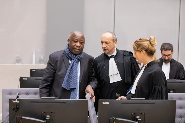 Laurent Gbagbo en compagnie de ses avocats