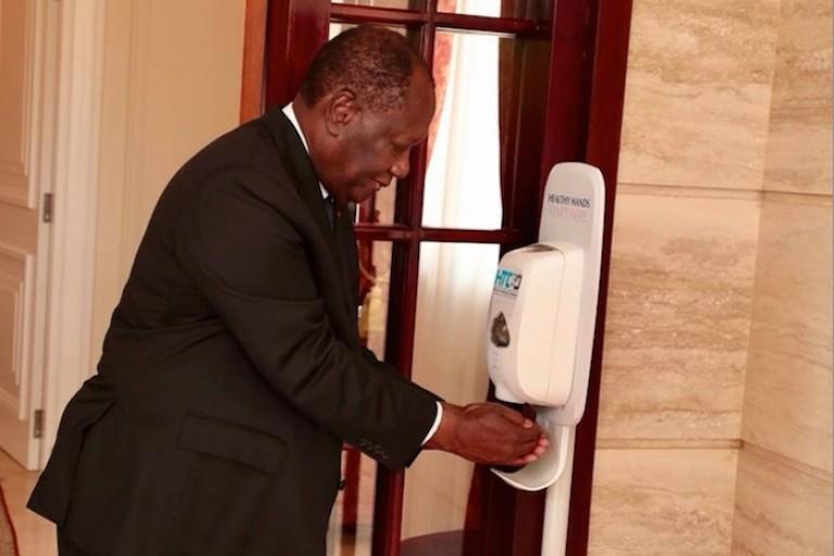 Alassane Ouattara se lave les mains pour se prévenir contre Coronavirus
