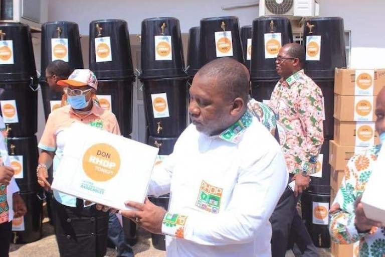 Covid-19, le RHDP fait des dons, des Ivoiriens les critiquent