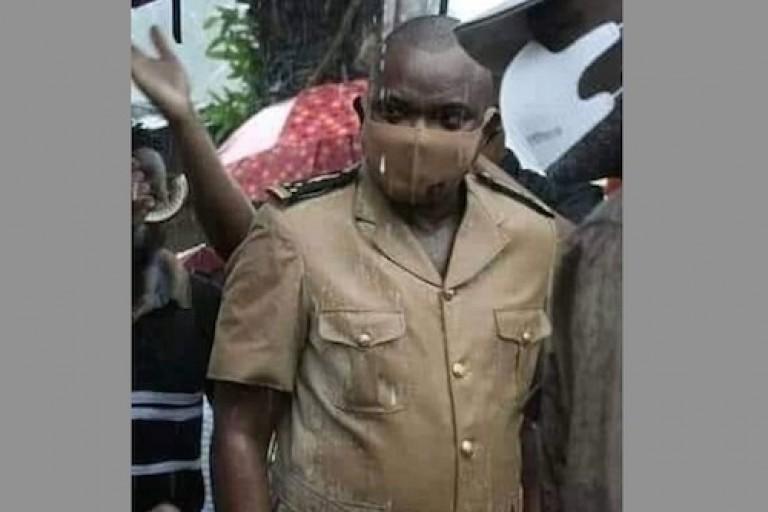 Le Préfet d'Abidjan, Vincent Toh Bi, sous la pluie