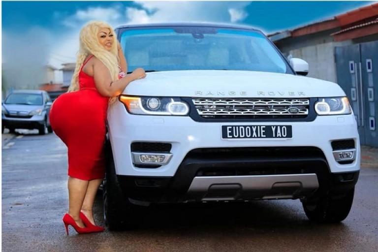 Eudoxie Yao enflamme la toile avec ses deux Range Rover