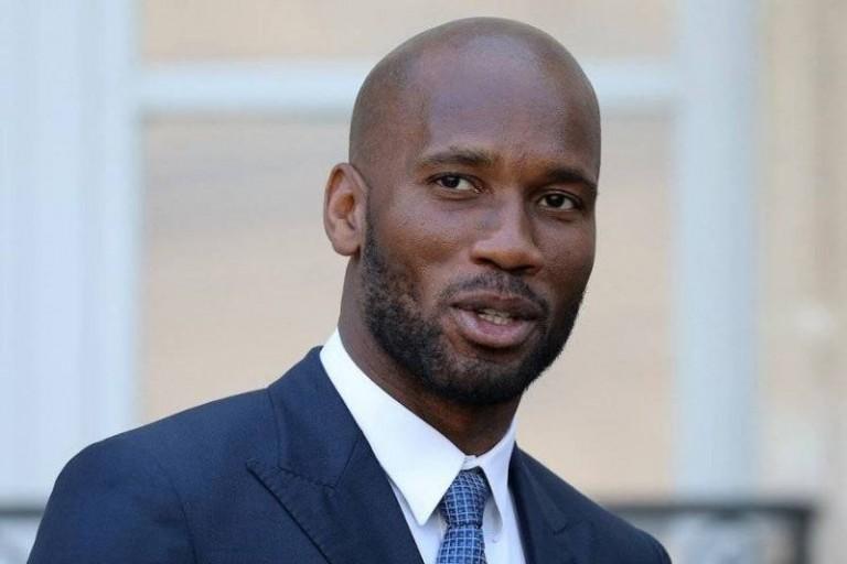 Des arbitres remettent officiellement le parrainage de l'Amafci à Didier Drogba — Fif
