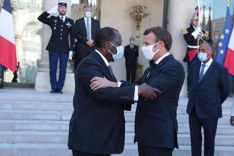 Emmanuel Macron et Alassane Ouattara sur le perron de l'Élysée
