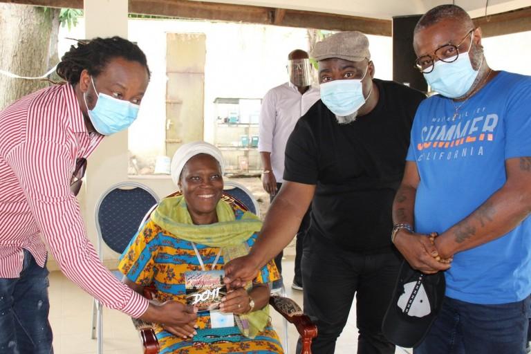 Simone Gbagbo échange avec le groupe Les Salopards