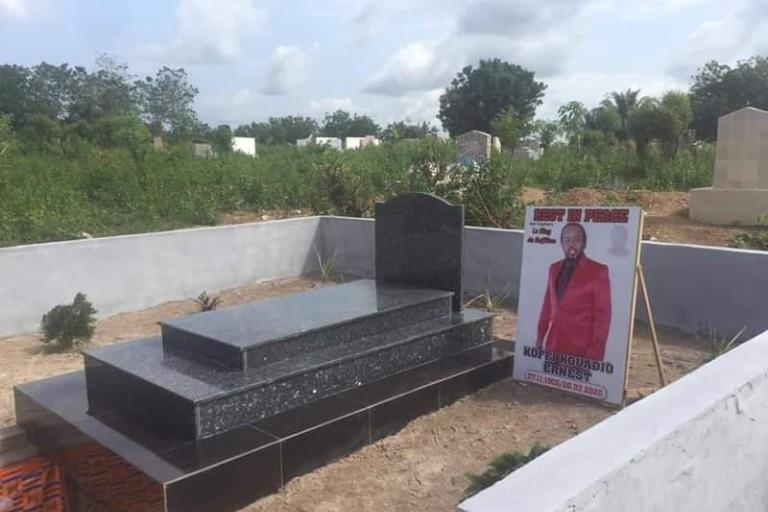 8 mois après sa mort, N'st Cophies inhumé en l'absence de son épouse