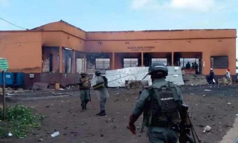 Cameroun : Une foule en colère incendie un tribunal
