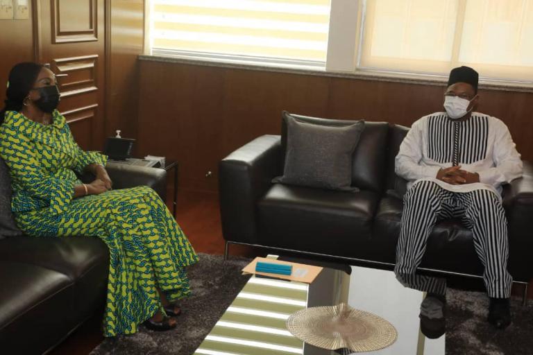 Kandia Camara échange avec un émissaire de Christian Kaboré
