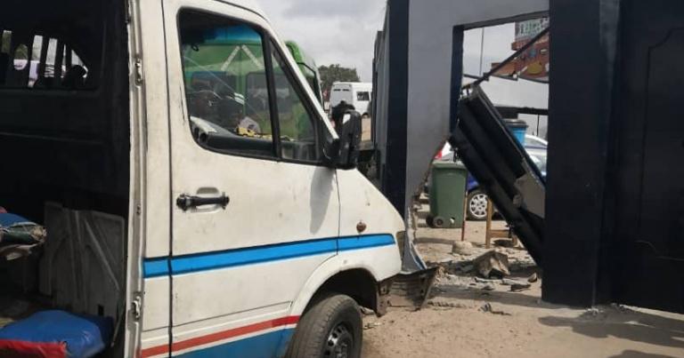 Adjamé : un minicar fonce dans le mur de la gendarmerie, 1 mort