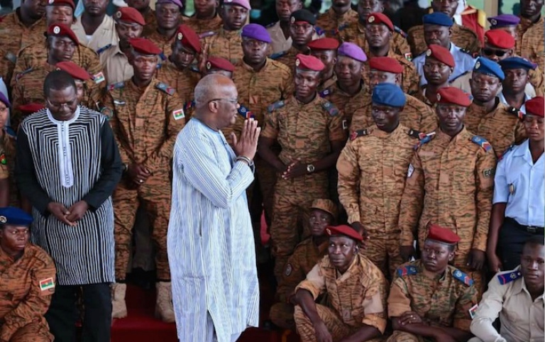 Roch Kaboré en séances de travail avec les personnels des Forces armées du Faso