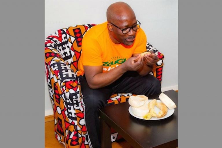 Charles Blé Goudé, président du Cojep, mange ses bananes braisées