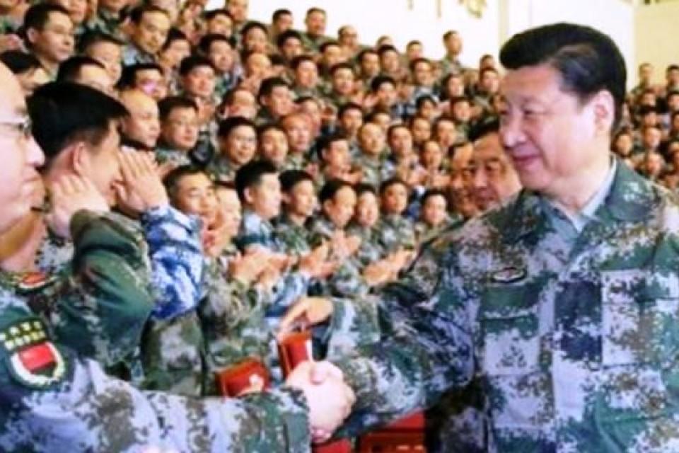 Xi Jinping arbore ses tenues de chef de l'armée